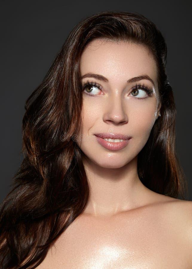 Modelo bonito da jovem mulher com voo do cabelo marrom da cor Compõe, penteado encaracolado Haircare, composição fotos de stock royalty free