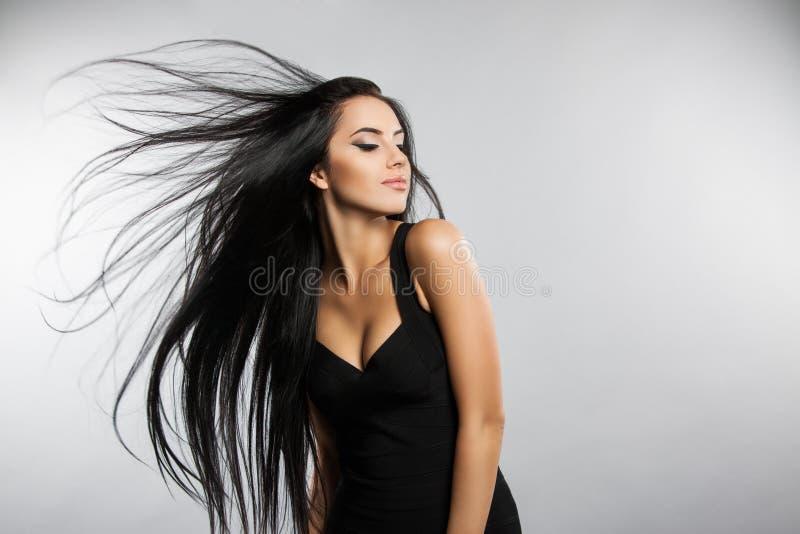 Modelo bonito da menina com voo do cabelo do vento imagem de stock