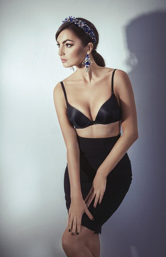Modelo bonito da mulher com composição profissional, na joia fotografia de stock royalty free
