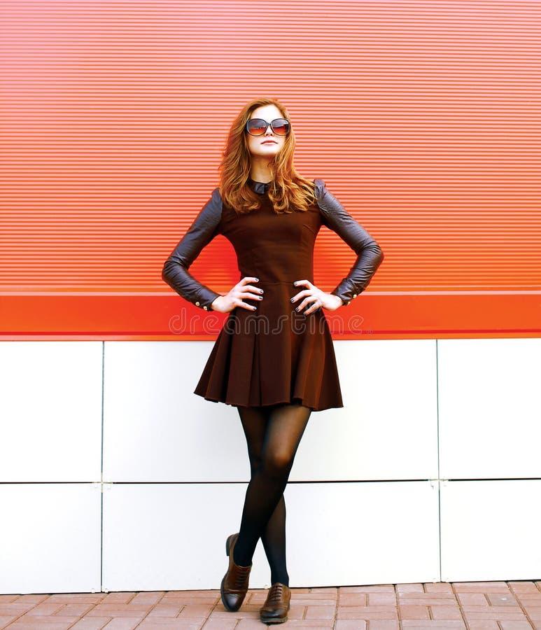 Modelo bonito da mulher no vestido e nos óculos de sol que levantam na cidade imagens de stock