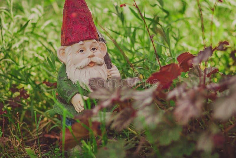 Modelo bonito do jardim do gnomo imagens de stock