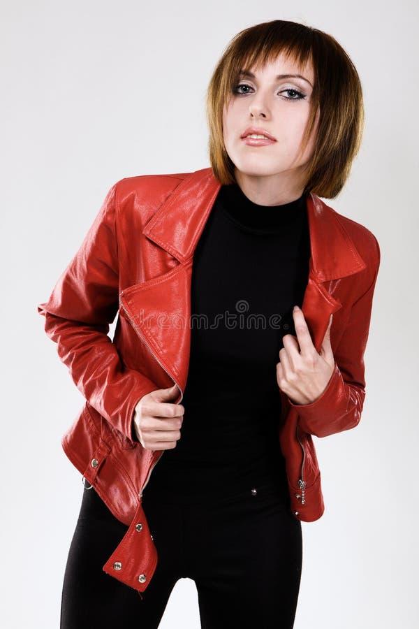 Modelo bonito no revestimento de couro vermelho foto de stock