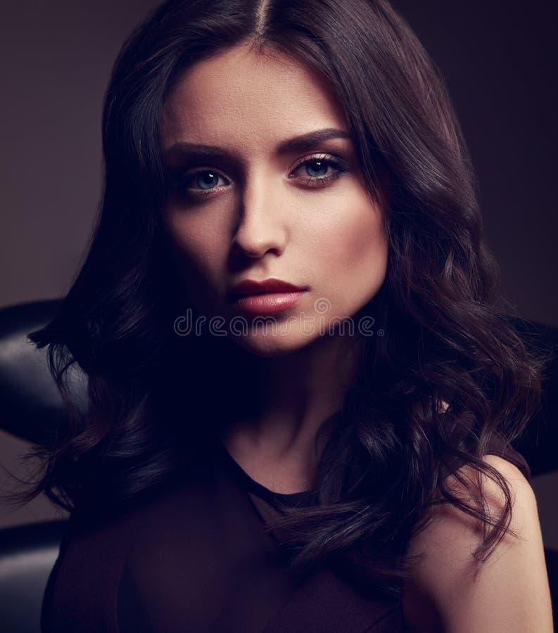 Modelo bonito novo da composição no vestido marrom e no posin encaracolado do penteado foto de stock