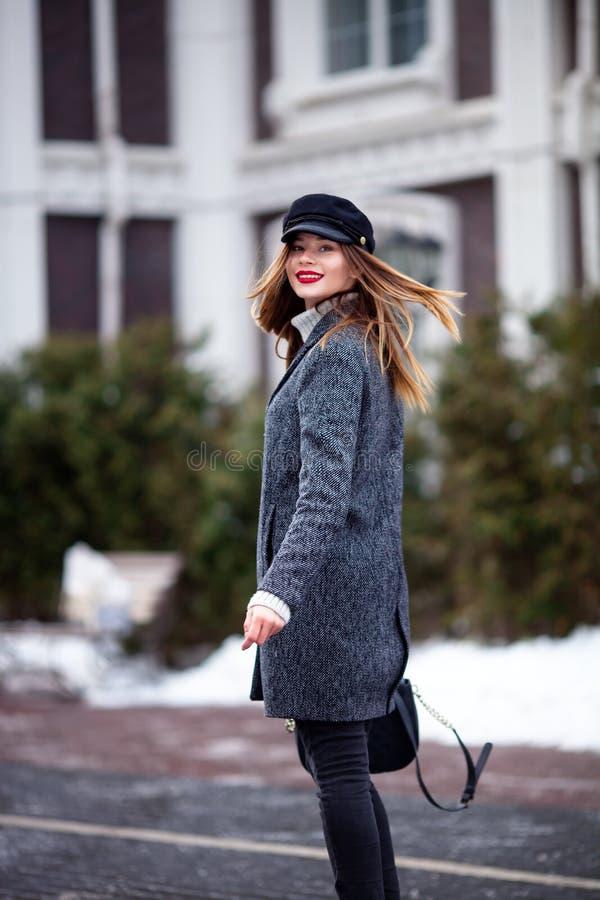 Modelo bonito novo no fim da cidade acima do retrato da escada da rua da forma da menina bonita em vestir ocasional do equipament fotografia de stock
