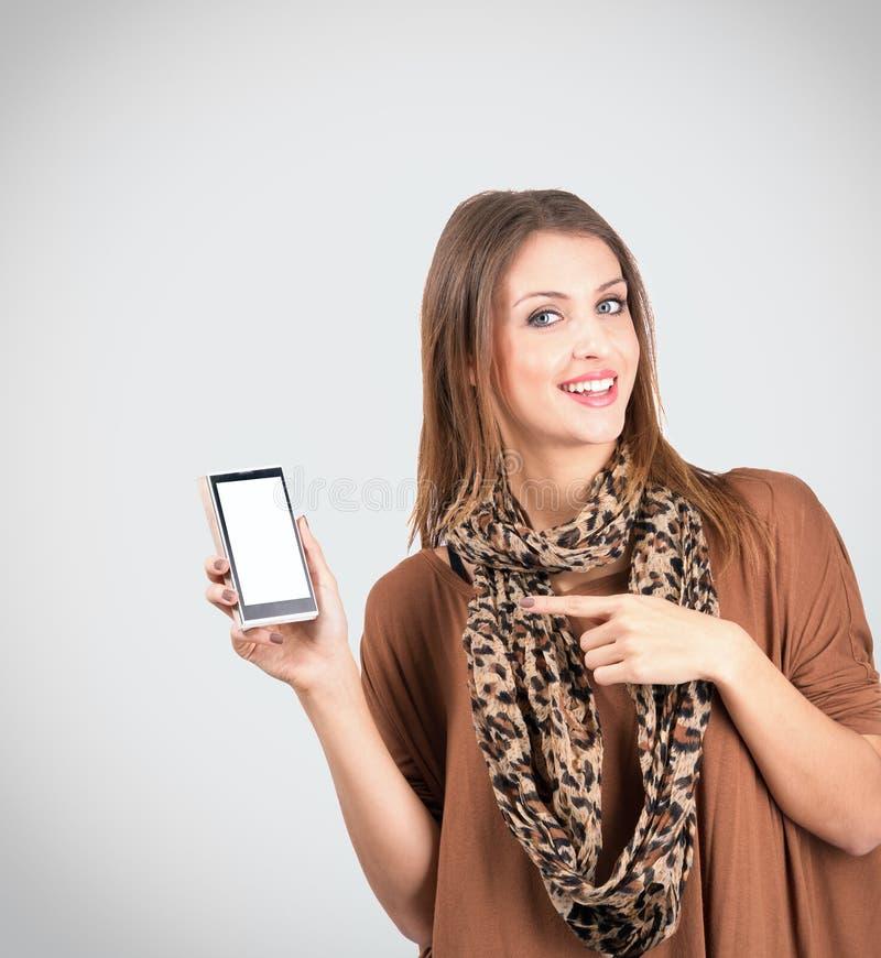 Modelo bonito que apresenta a exposição vazia do telefone celular imagem de stock royalty free