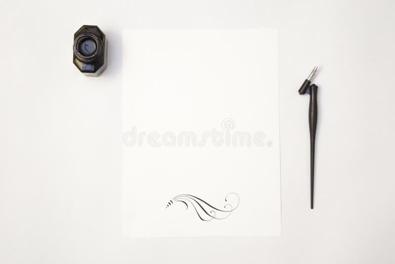 Modelo branco da folha do papel vazio com ponta e tinta da caligrafia fotografia de stock