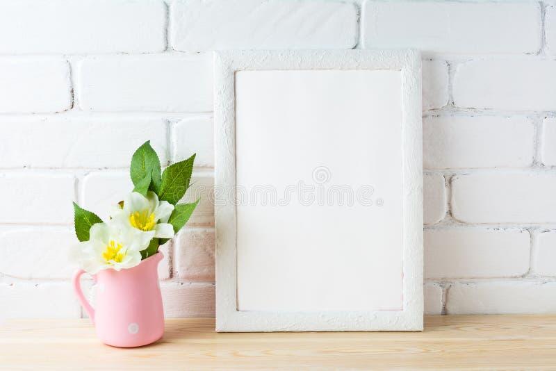 Modelo branco do quadro com o potenciômetro de flor cor-de-rosa rústico fotos de stock royalty free