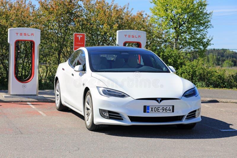 Modelo branco novo S Electric Car Charging de Tesla imagens de stock