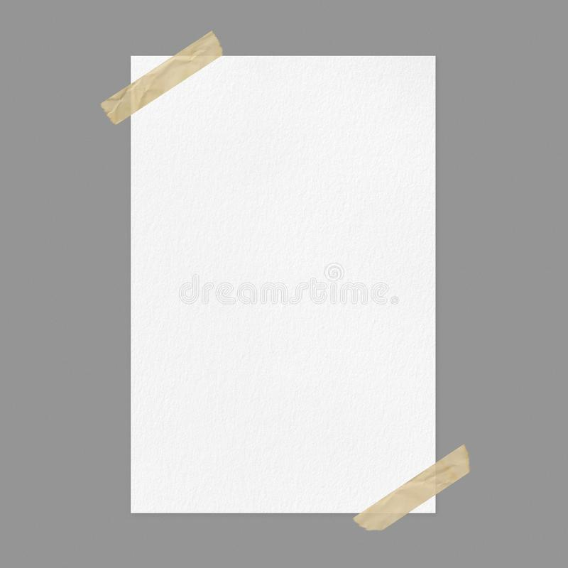 Modelo branco vazio do cartaz no fundo cinzento com fita adesiva fotografia de stock