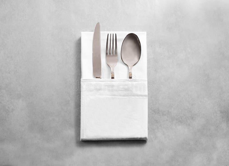 Modelo branco vazio do guardanapo de pano do restaurante com grupo de prata da cutelaria fotos de stock royalty free