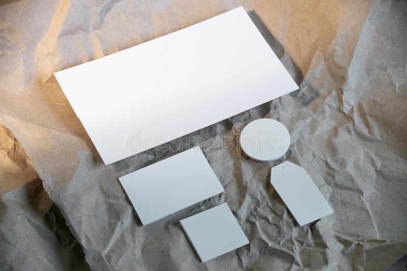 Modelo branco vazio dos artigos de papelaria do negócio, molde para a identidade de marcagem com ferro quente fotos de stock