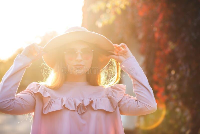 Modelo bronceado bonito con el sombrero que lleva del maquillaje natural, gafas de sol imágenes de archivo libres de regalías