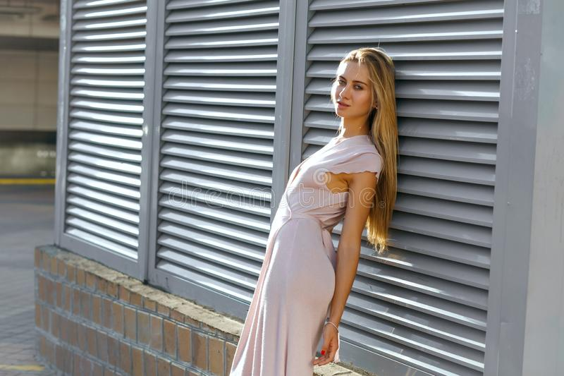 Modelo bronzeado à moda no equipamento elegante que levanta no backgro foto de stock royalty free
