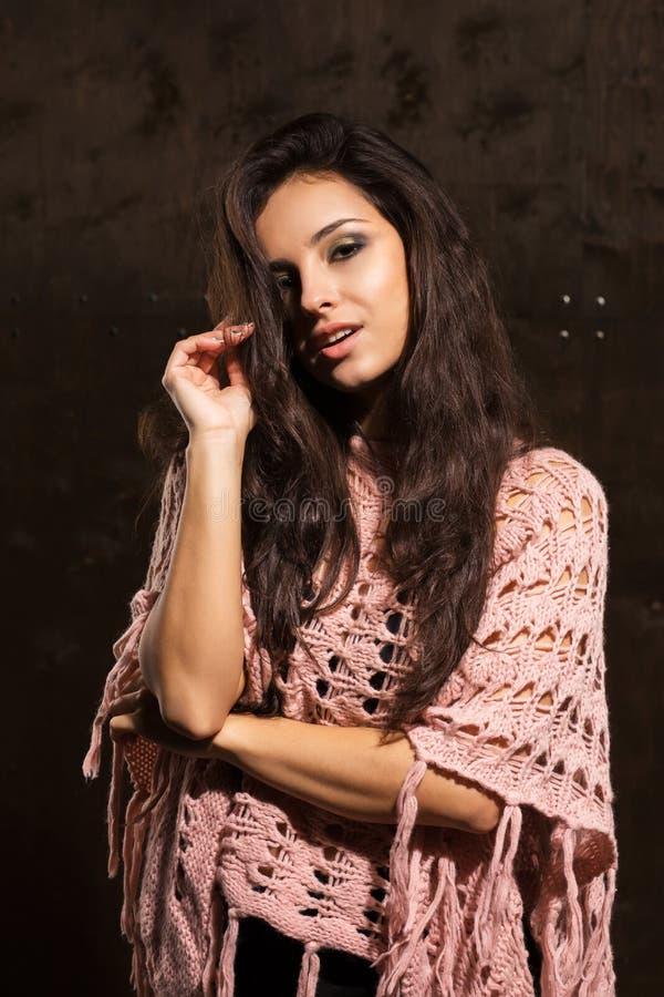 Modelo bronzeado sedutor com o cabelo luxúria longo que levanta no sweate cor-de-rosa foto de stock royalty free