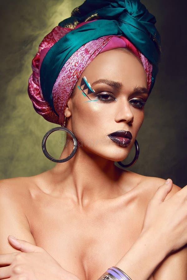 Modelo bronzeado 'sexy' bonito com os acessórios árabes do  do ethniÑ foto de stock royalty free