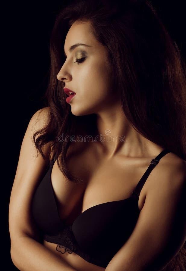 Modelo bronzeado 'sexy' com os ombros despidos que levantam na sombra fotografia de stock