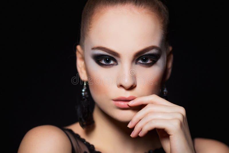 Modelo caliente con maquillaje atractivo de los labios, cejas fuertes, piel brillante limpia de la mujer joven Retrato hermoso de imagen de archivo