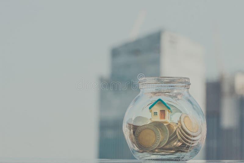 Modelo casero puesto en la botella Negocio, financiero, ahorros foto de archivo libre de regalías