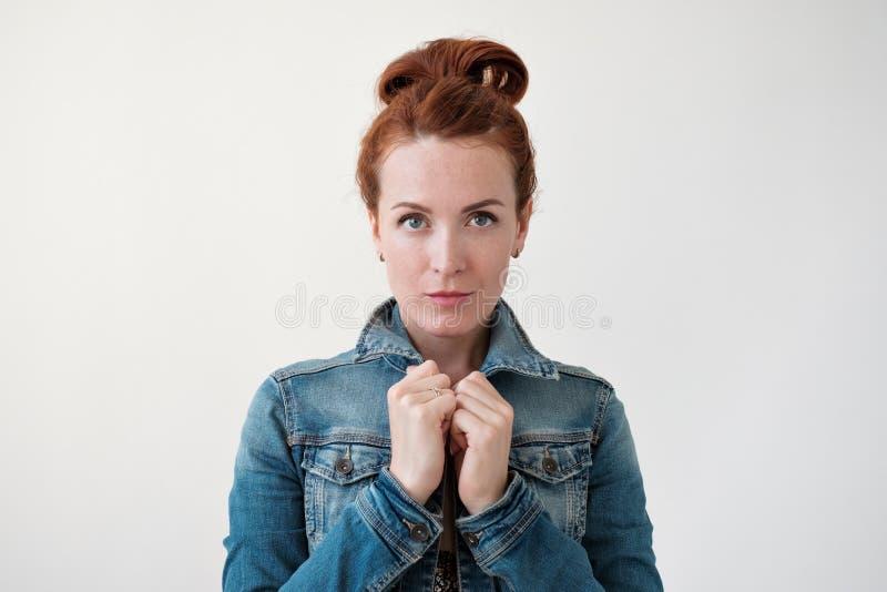 Modelo caucásico de la mujer con el pelo del jengibre que presenta dentro foto de archivo