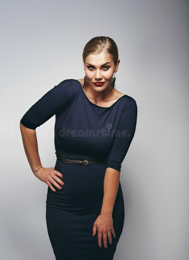 Modelo caucásico hermoso del tamaño extra grande en vestido azul marino imagen de archivo
