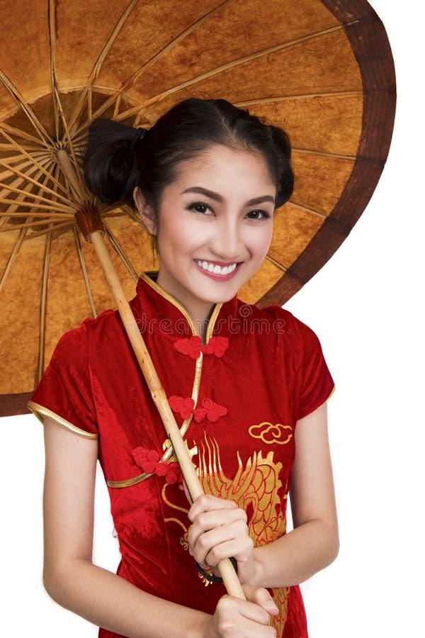 Modelo chino de la señora con el paraguas viejo foto de archivo