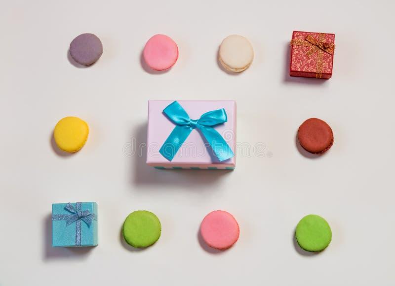 Modelo colorido de los macarrones y de las cajas de regalo imagen de archivo