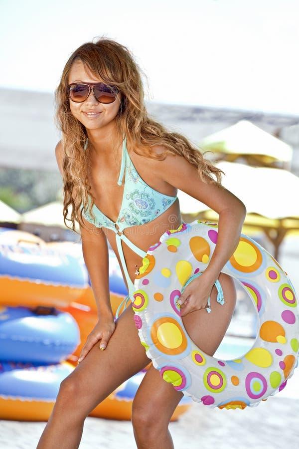 Modelo com anel inflável colorido imagens de stock
