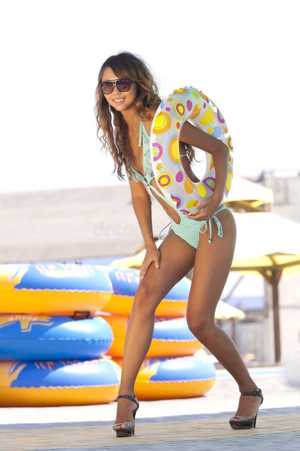 Modelo com anel inflável colorido foto de stock royalty free