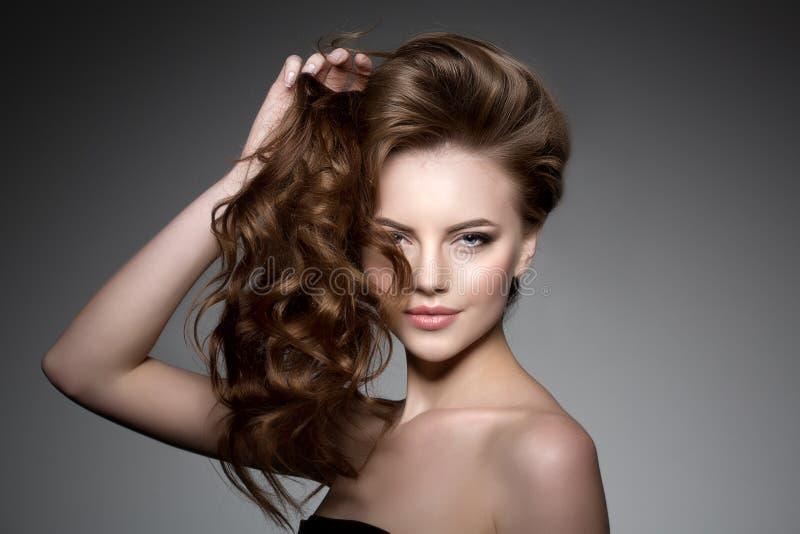 Modelo com cabelo longo Penteado das ondas das ondas Mulher da beleza com cabelo preto liso saudável e brilhante longo Updo f foto de stock royalty free