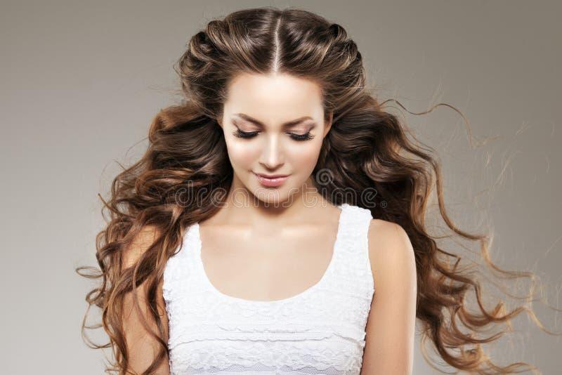 Modelo com cabelo longo Penteado das ondas das ondas Mulher da beleza com cabelo preto liso saudável e brilhante longo Updo f imagem de stock royalty free