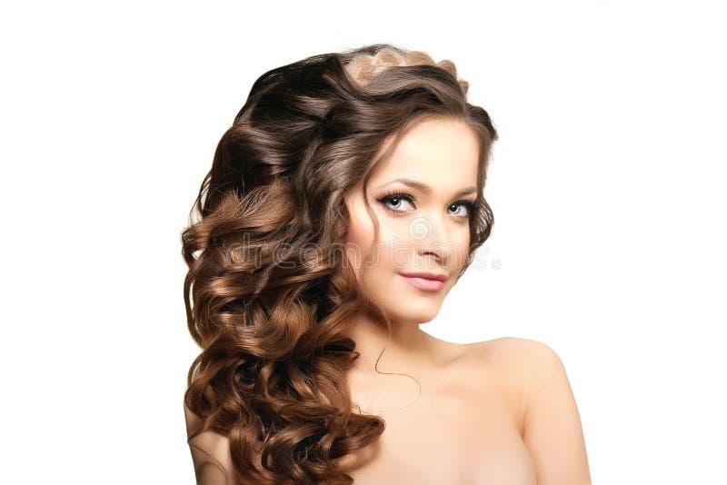 Modelo com cabelo longo Penteado das ondas das ondas Mulher da beleza com cabelo preto liso saudável e brilhante longo Updo f fotos de stock royalty free
