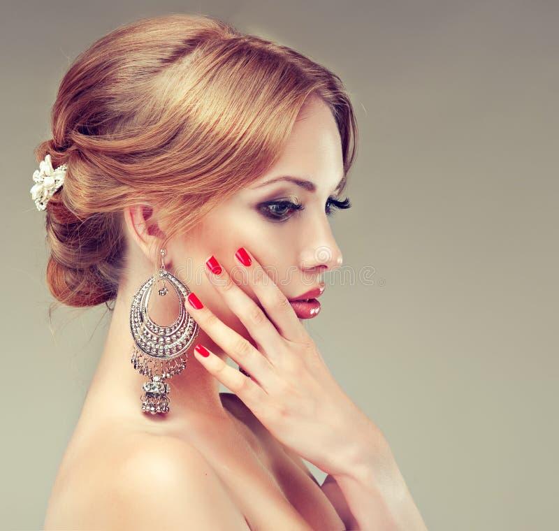 Modelo com penteado elegante imagens de stock royalty free