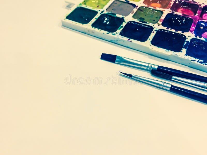 Modelo com uma página vazia, pinturas e escovas com lugar para o seu imagens de stock royalty free