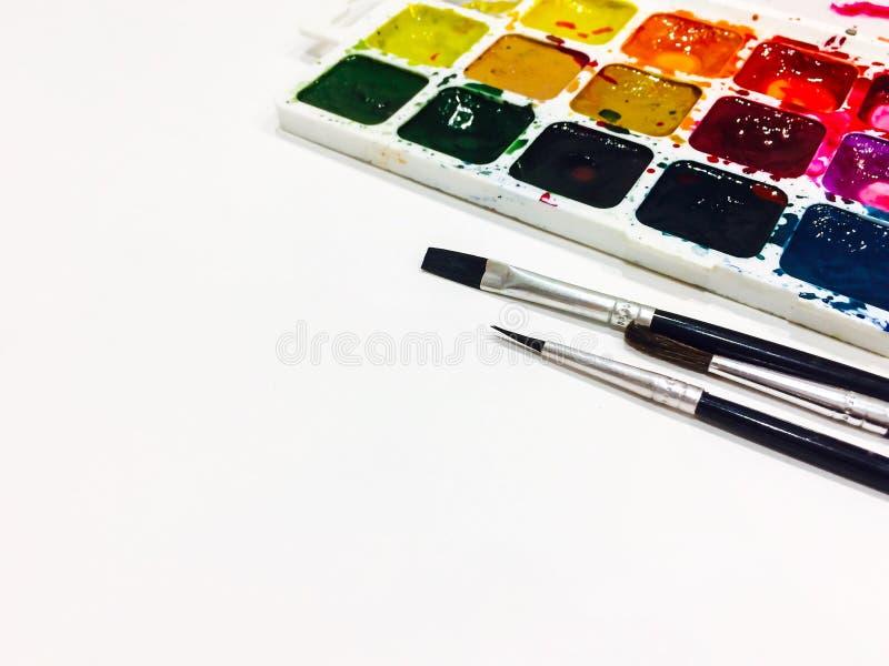 Modelo com uma página vazia, pinturas e escovas com lugar para o seu imagem de stock royalty free