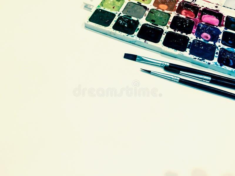 Modelo com uma página vazia, pinturas e escovas com lugar para o seu fotos de stock royalty free