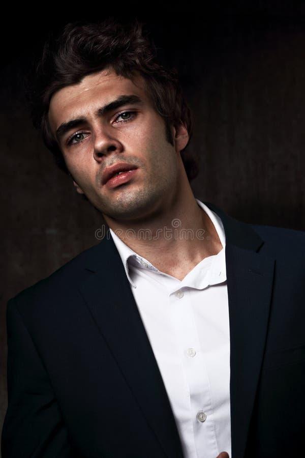 Modelo comercial masculino sério 'sexy' que levanta no terno azul e em s branco fotos de stock