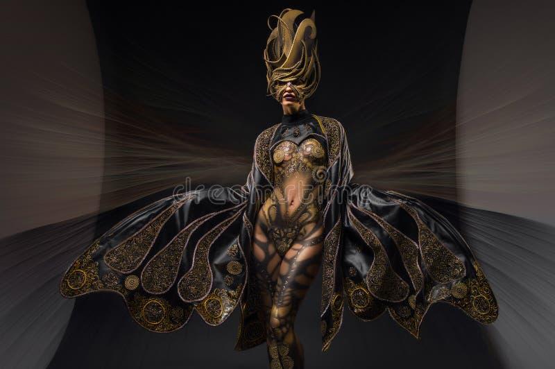 Modelo con arte de cuerpo en traje de la fantasía imagen de archivo