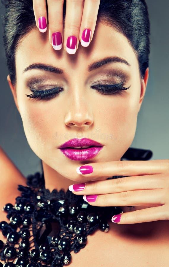 Modelo con el esmalte de uñas de moda imágenes de archivo libres de regalías