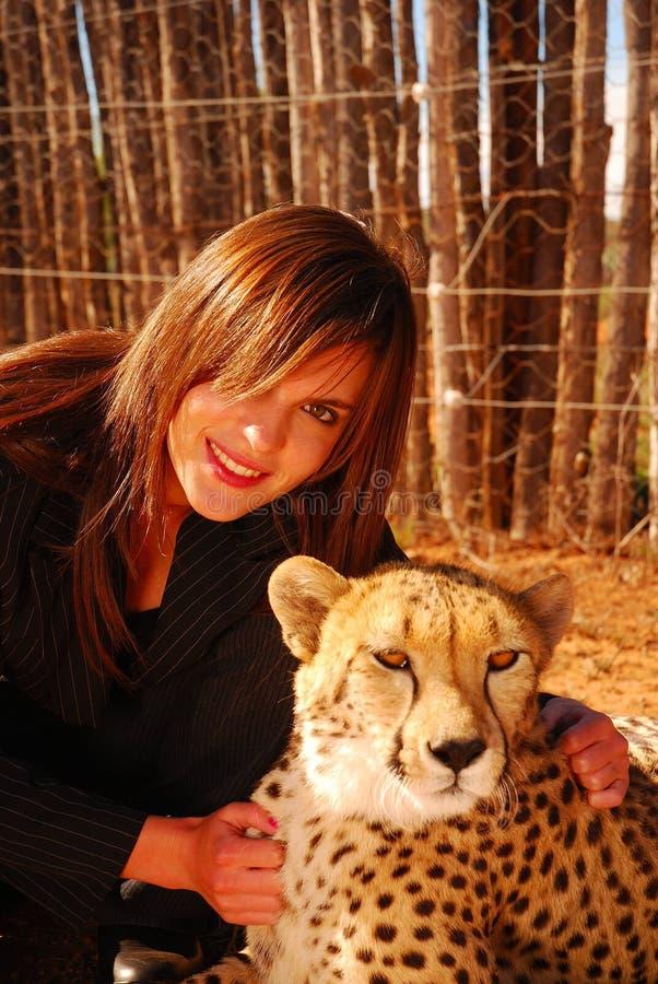 Modelo con el guepardo imagen de archivo libre de regalías