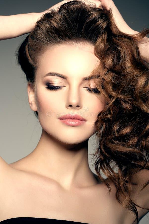 Modelo con el pelo largo Peinado de los rizos de las ondas Salón de pelo Updo f fotografía de archivo