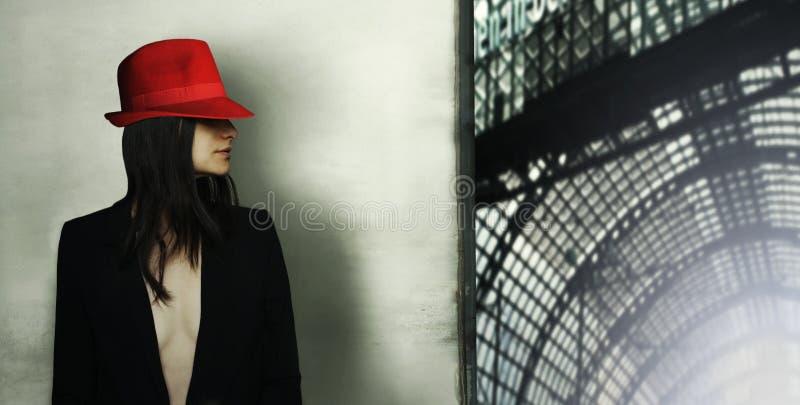 Modelo con el sombrero rojo imagen de archivo
