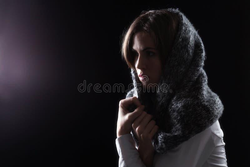 Modelo con la bufanda en la cabeza que mira la luz fotos de archivo libres de regalías