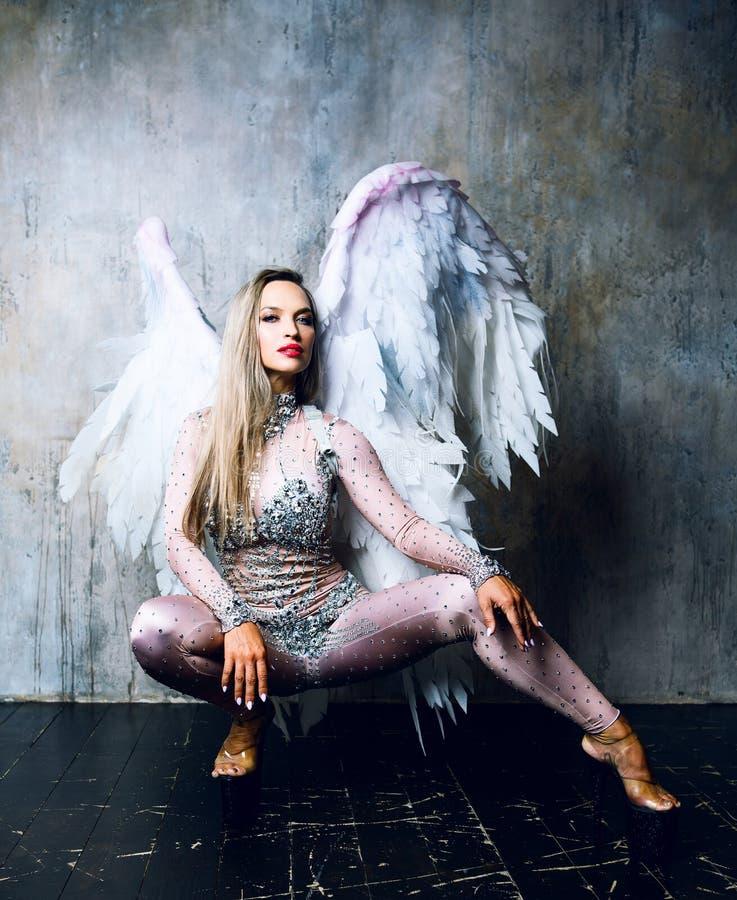 Modelo con las alas del ángel fotos de archivo