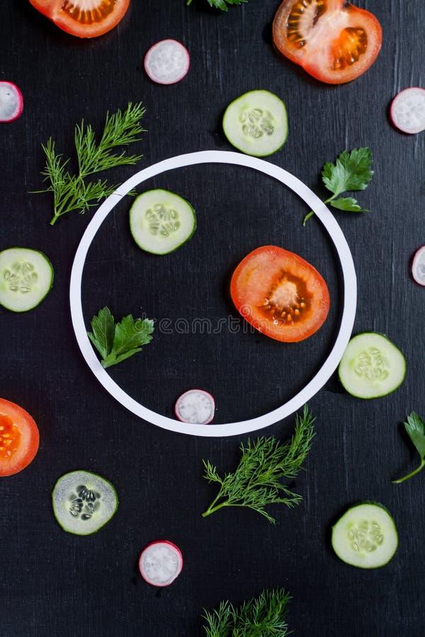 Modelo con las verduras frescas imagenes de archivo