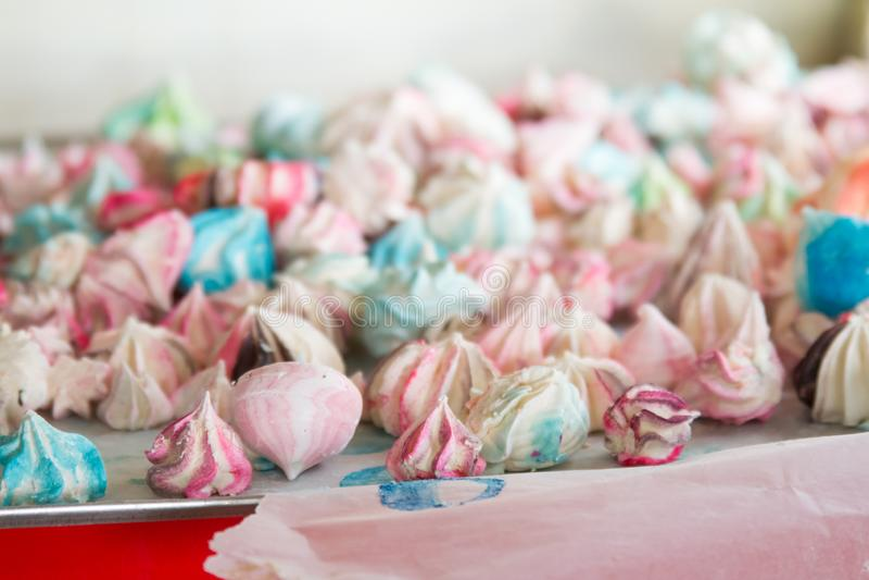 Modelo con los merengues en un fondo blanco Merengues multicolores en un fondo blanco foto de archivo libre de regalías
