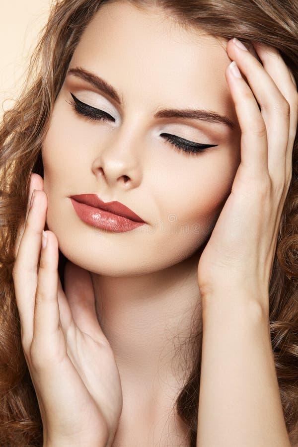 Modelo con maquillaje de la manera del encanto en estilo retro imagenes de archivo