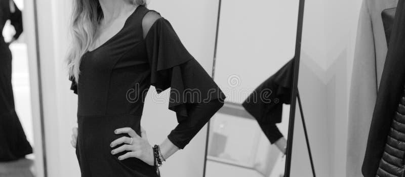 Modelo con un vestido negro con las franjas en los hombros imágenes de archivo libres de regalías