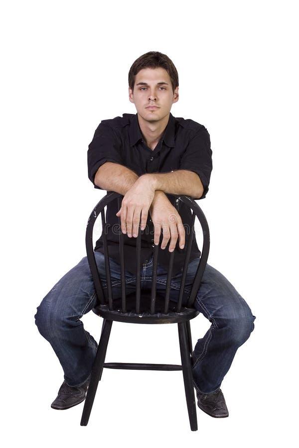 Modelo considerável e à moda que senta-se na cadeira imagens de stock