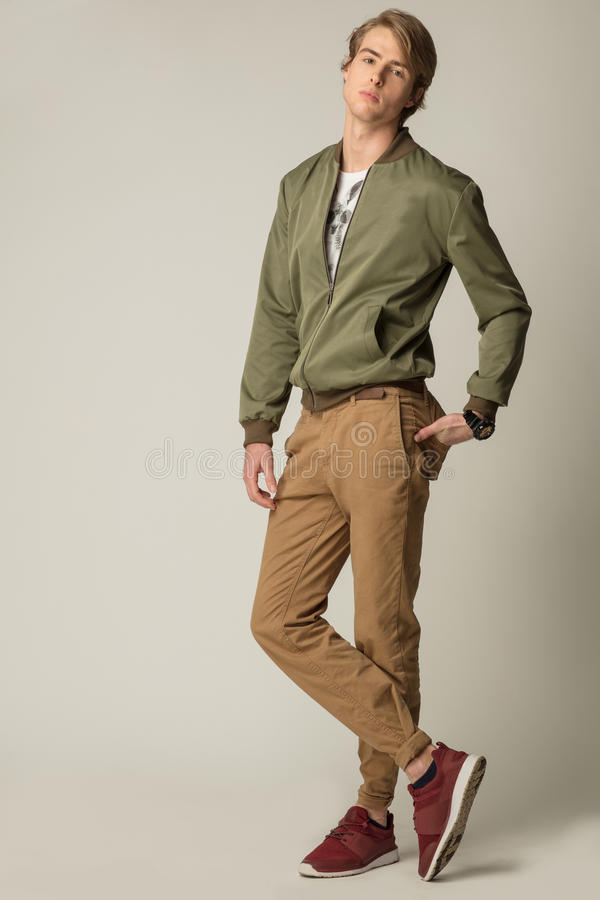 Modelo considerável que veste a roupa moderna fotos de stock