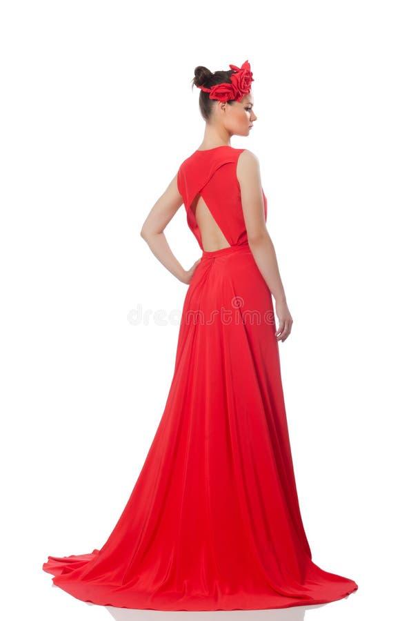 Modelo consideravelmente caucasiano no vestido de noite longo vermelho isolado no whi imagens de stock royalty free